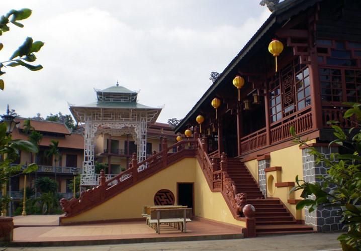 Nằm ở đường Phan Bội Châu, TP Buôn Ma Thuột, chùa sắc tứ Khải Đoan được xây dựng năm 1951, là ngôi chùa lớn nhất tỉnh Đắk Lắk và cũng là ngôi chùa đầu tiên được xây dựng ở Tây Nguyên. Đây cũng là ngôi chùa cuối cùng tại Việt Nam được phong sắc tứ của chế độ phong kiến. Ngôi chùa này là điểm tham quan không thể bỏ qua ở TP Buôn Ma Thuột vào dịp Tết.