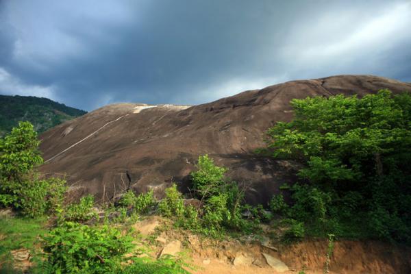 Đá Voi Cha có kích thước nhỏ hơn so với đá Voi Mẹ (Nguồn: ivivu.com)