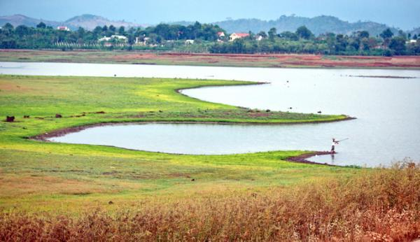 Bức tranh thiên nhiên hồ Ea Kao dân dã, mộc mạc và bình yên (Nguồn: dulich24.com.vn)