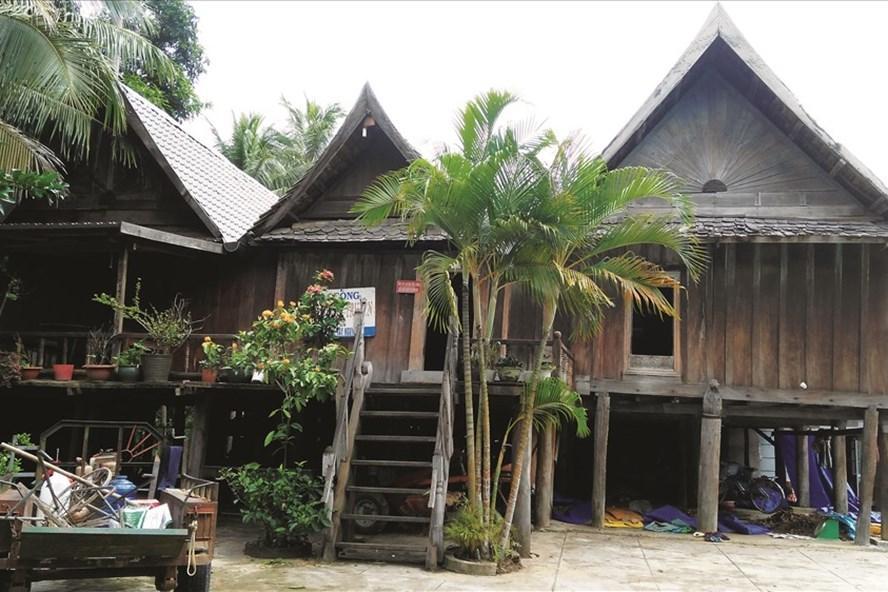 Ngôi nhà sàn đặc trưng kiến trúc Lào hơn 100 năm tuổi ở buôn Trí. Ảnh: H.V.M
