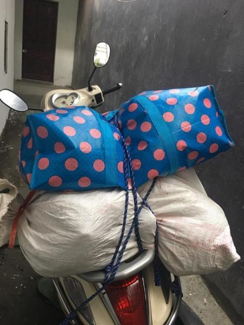 Một bạn thì khoe mẹ chất cho đầy 2 bao lớn để gồng gánh lên thành phố.