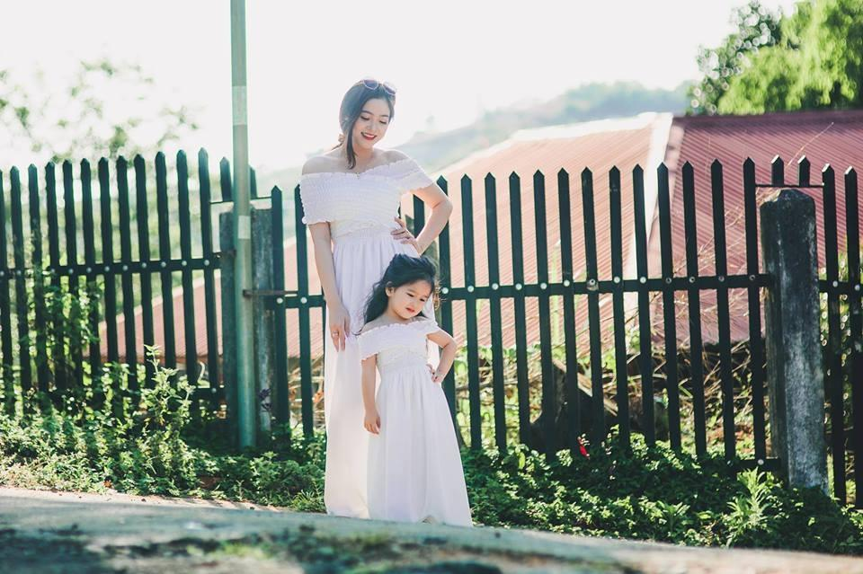 Chị Cẩm Vân cùng con gái Trâm Anh.