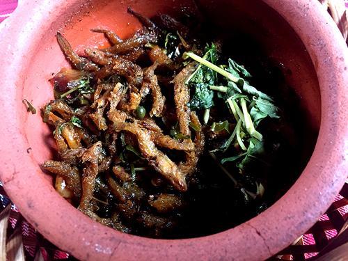 Cá cơm nước ngọt từ sông suối mang kho tiêu là một trong những món mặn dùng kèm với cơm niêu được nhiều người ưa thích khi đến Ban Mê.
