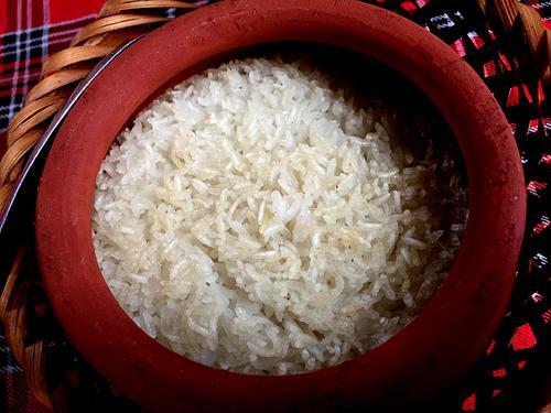 Cơm niêu là món ăn không chỉ có ở Ban Mê nhưng tại đây, gạo nấu cơm thu hoạch từ loại lúa của địa phương vốn dẻo thơm. Người muốn ăn giòn thì nhờ chủ quán kéo dài thời gian đun trên bếp than đỏ rực. Ngày mưa tuôn hoặc giá rét, chỉ cần xới miếng cơm nhai với miếng muối đậu cũng đủ cảm thấy thú vị.