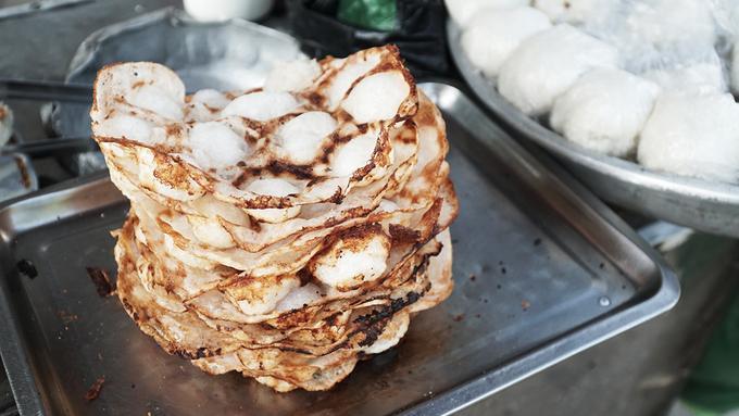Bánh bò nướng Quanh khu chợ trung tâm có vài ba hàng bày bán bánh bò nướng. Chiếc bánh giòn khi ăn có vị ngọt vừa phải, kèm theo đó là vị đắng của những phần bị khét. Bánh ăn sẽ ngon hơn lúc còn nóng. Một phần bánh bò nướng giá 5.000 đồng.