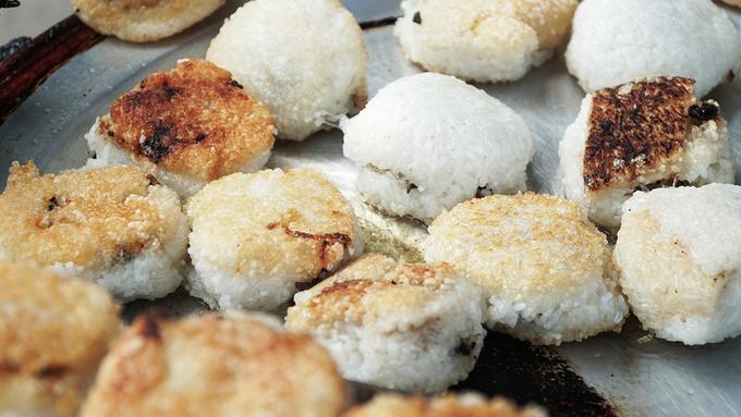 Xôi chiên Bên trong lớp vỏ bằng nếp là miếng nhân được làm từ thịt băm, nấm cùng các loại gia vị. Nhân được xào chín trước khi gói. Bánh được chiên trên chảo dầu đến khi cháy vàng là có thể mang cho khách. Món ăn hơi nhiều dầu mỡ, ăn chừng hai cái là thấy ngấy nhưng rất thích hợp để lấp đầy bao tử lúc xế chiều, hoặc lúc bạn đang đi bộ loanh quanh. Mỗi chiếc bánh xôi chiên giá 5.000 đồng.