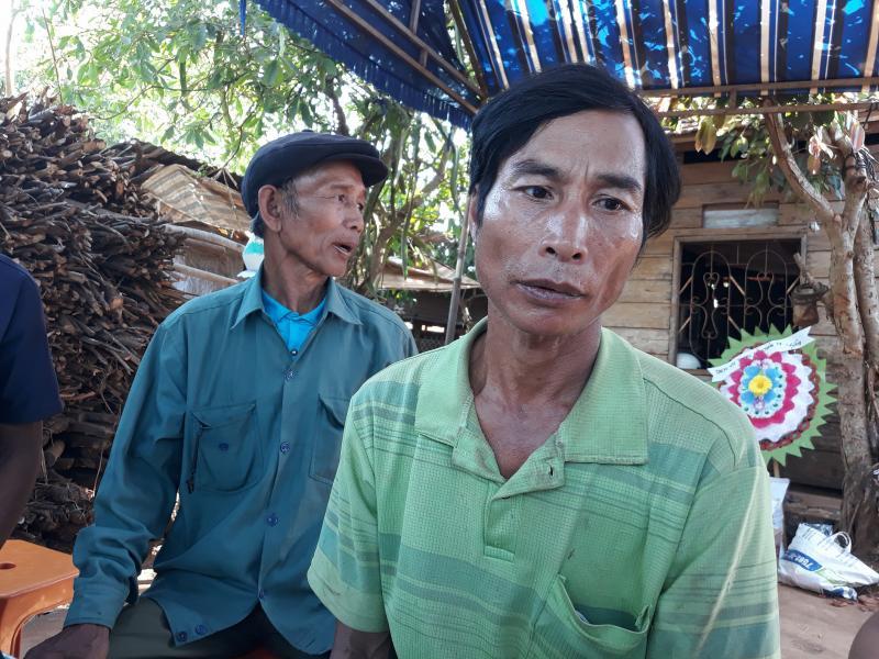 Ông Hồ Sâm Chương (áo thun xanh) buồn bã phản ánh vụ việc với PV
