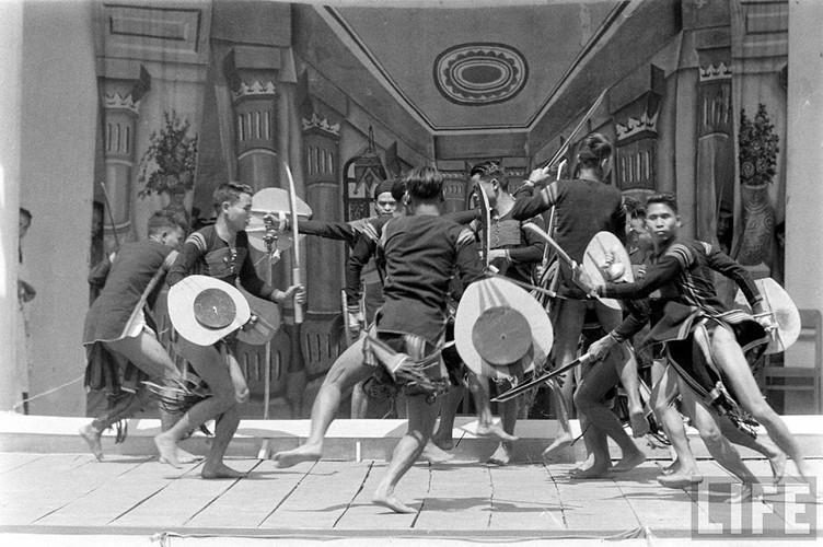 Các tiết mục văn nghệ của đồng bào dân tộc Tây Nguyên diễn ra trên sân khấu chính. Ảnh: Life.