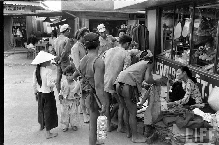 Người dân xem các sản phẩm tại gian hàng đồ dệt may. Ảnh: Life.