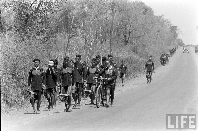 Đồng bào dân tộc thiểu số ở Đắk Lắk kéo về Hội chợ kinh Tế Buôn Ma Thuột năm 1957. Diễn ra từ ngày 22/2 đến 4/3/1957 tại thị xã Buôn Ma Thuột, đây là một sự kiện kinh tế xã hội lớn của toàn khu vực Tây Nguyên thời điểm đó. Ảnh: Life.
