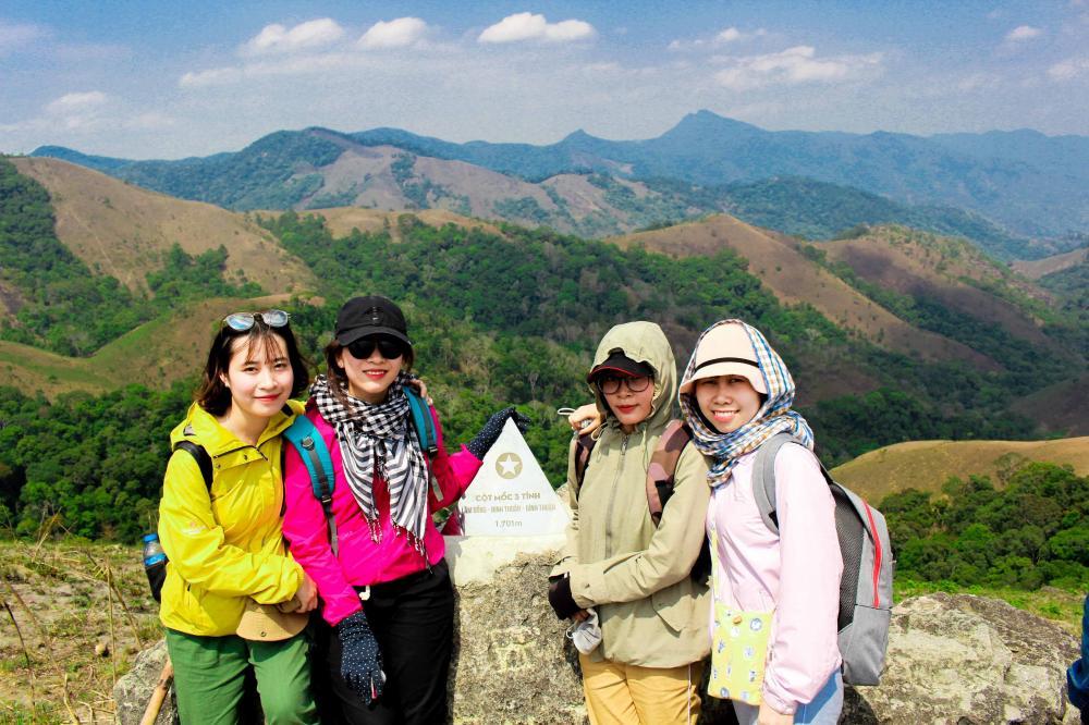 Một điểm không thể bỏ qua trong hành trình là cột mốc tam giác - nơi giao nhau giữa ba tỉnh Lâm Đồng, Ninh Thuận, Bình Thuận, có độ cao khoảng 1.700 m so với mực nước biển