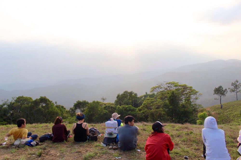 Bù lại, du khách được tận hưởng sự hùng vĩ của núi đồi trùng điệp, thu vào tầm mắt cảnh trời đất bao la