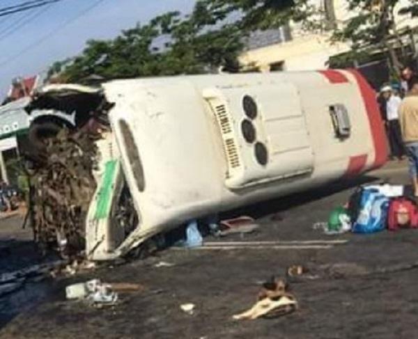 Chiếc xe khách bị lật, nằm chắn ngang đường.