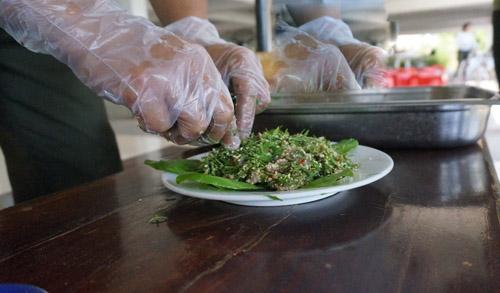 Món thịt bò tái bóp kiến vàng với lá lộc vừng tại vườn quốc gia Yok Đôn