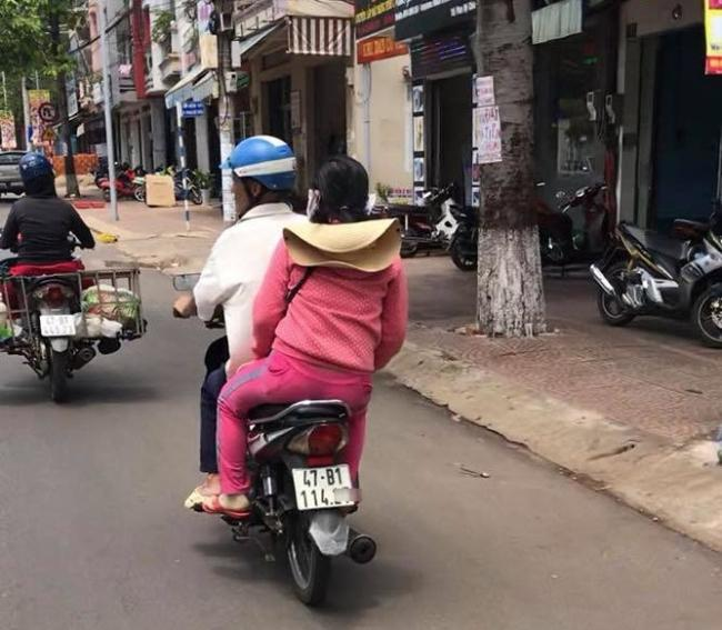 Chiếc xe máy bố chở con dâu đi nhà nghỉ.