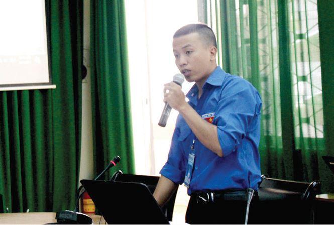 Anh Y Duy Byă thuyết trình tại Hội thi Tin học khối cán bộ, công chức trẻ toàn quốc 2017. Ảnh: NVCC.