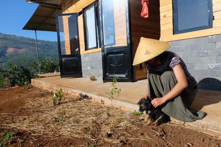 Cô gái nhỏ yêu thương động vật và thích trồng cây, làm vườn.
