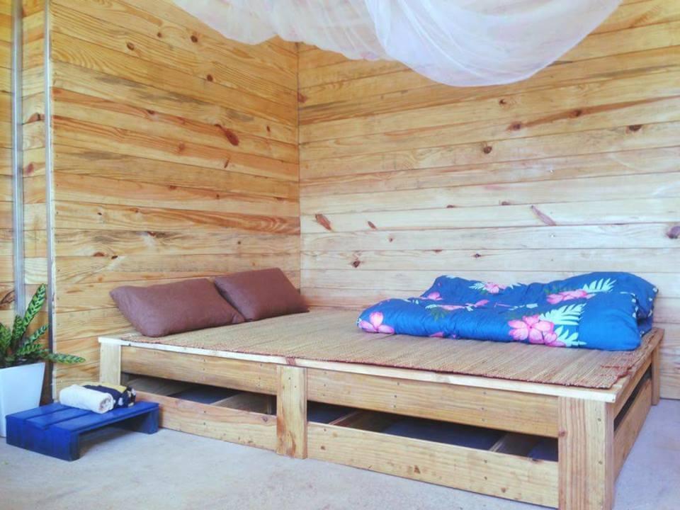 Chiếc giường đơn giản.