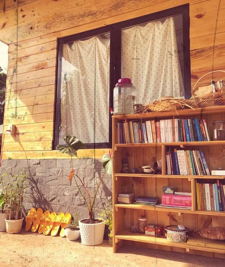 Nắng dịu dàng bên hiên nhà.