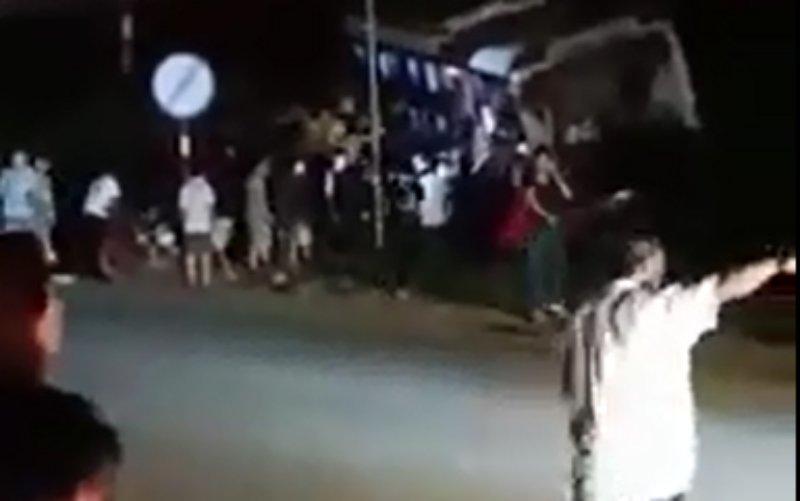Người dân cùng lực lượng chức năng phá cửa kính đưa người bị thương đi cấp cứu