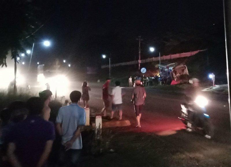 Xe giường nằm lao xuống vệ đường khiến hơn 10 hành khách bị thương