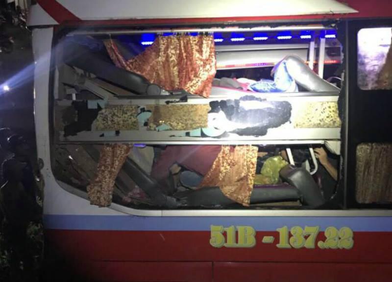 Phần đuôi xe khách bị tông bẹp dúm
