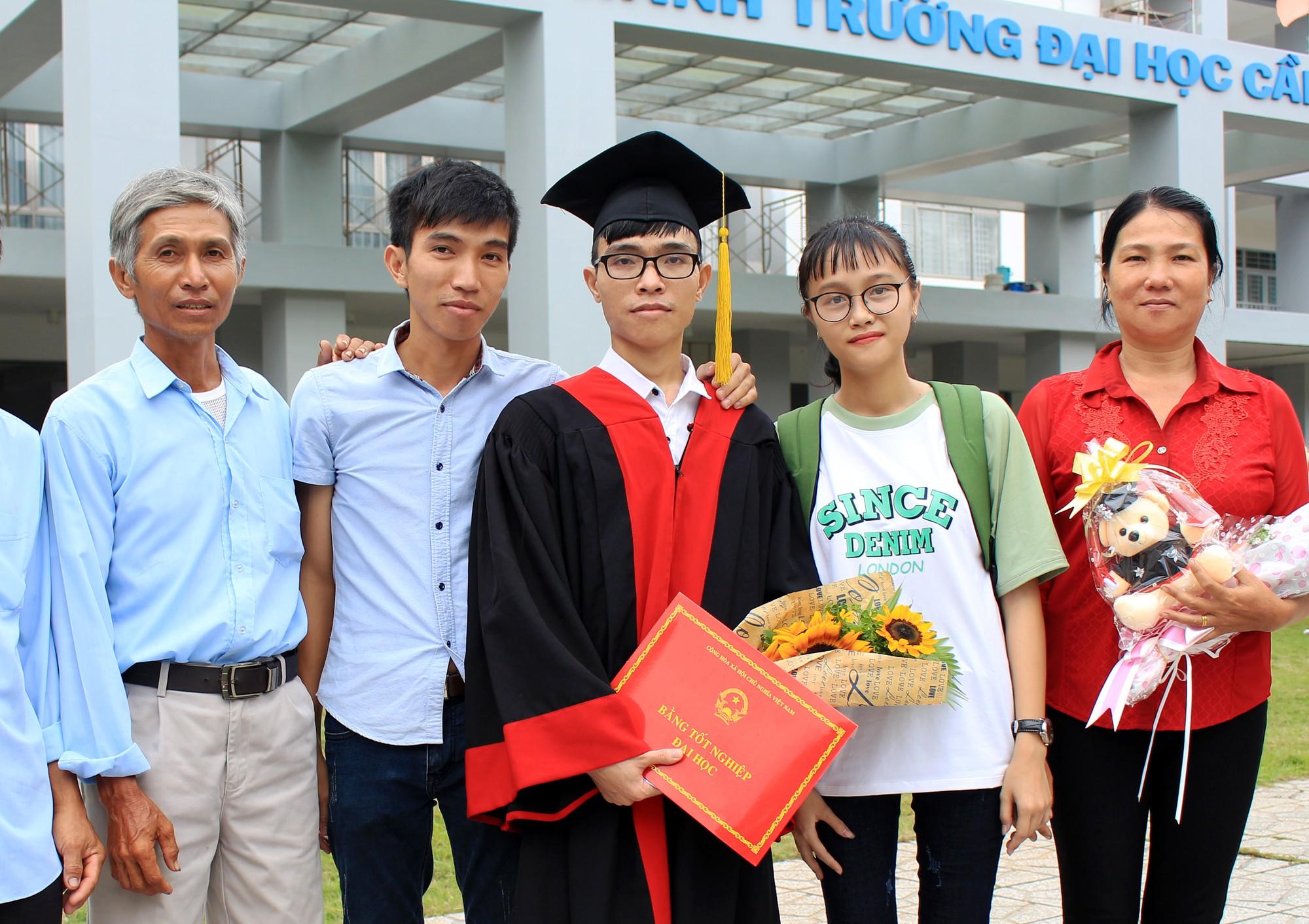 Cả gia đình trong ngày tốt nghiệp của Tú