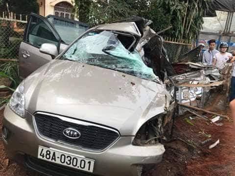 Sau cú va chạm, chiếc xe Kia caren 7 chỗ bị vỡ nát phần sau.