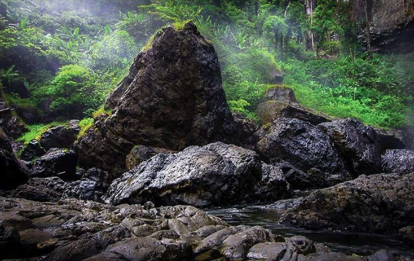 Những khối đá cổ xưa dưới chân thác
