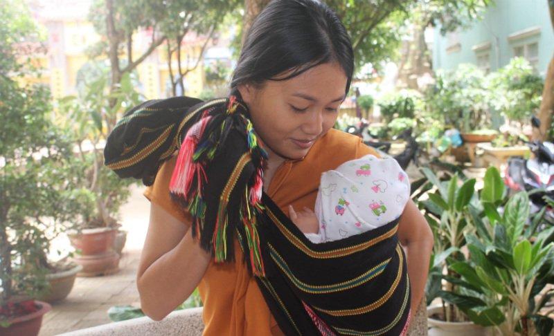 Người mẹ trẻ Jrai địu con đi thi với ước mơ làm cô giáo