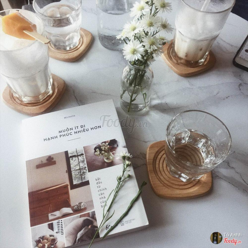 Décor vô cùng băt mắt, không gian yên tĩnh đèn nhẹ thích hợp cho các bạn cần không gian để học. Nếu bạn có thời gian hãy đến đây thưởng thức một bữa sáng nhẹ nhàng và nhớ cầm theo cuốn sách vừa đọc vừa nhâm nhi tách cà phê một mình cũng khá thú vị.