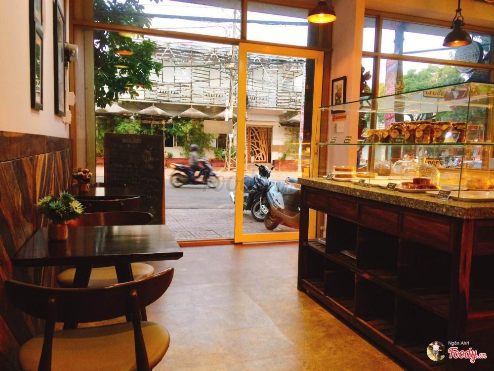 Ngoài ra, không gian quán ở đây khá rộng rãi, thoáng mát các bạn có thể thoải mái ngồi trò chuyện và nhâm nhi miếng bánh!