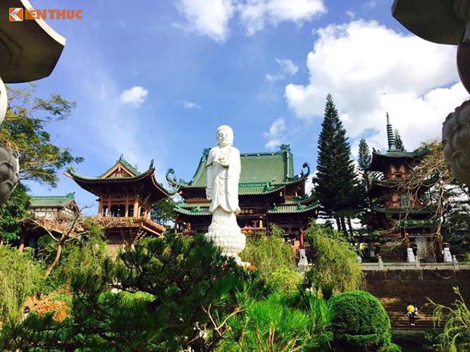 Trước sân chùa, bức tượng Di Đà uy nghi bằng đá cao 7,5m nặng gần 40 tấn đặt giữa lòng hồ mang tên Liên Trì.