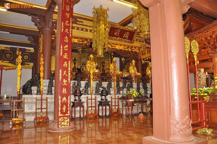 Bên trong chánh điện là bàn thờ Phật dài 6 m và cao 1,2 m. Bốn pho tượng Phật Bà nghìn tay nghìn mắt với chiều cao 8 m, ngang 3,5 m được đặt ở 4 góc của chánh điện. Các tượng Phật được bài trí áp vách với hơn 3.000 bức tượng.
