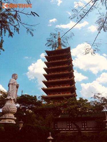 """Điểm nhấn kiến trúc nổi bật của chùa là tòa Bảo tháp Xá lợi 9 tầng, cao 72m. Bảo tháp này được xây dựng theo cách """"độc nhất, vô nhị"""" - tạo tác từ trên nóc xuống."""