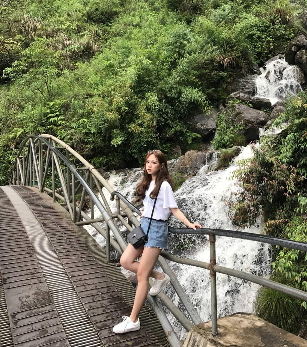 Leo đến đỉnh thác Bạc, bạn sẽ được chiêm ngưỡng toàn cảnh thành phố Sapa và thung lũng Sìn Chài. Ảnh: @oh.babe, @its.quinnoz.
