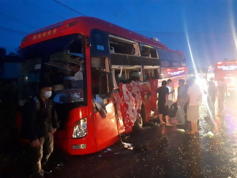 Hai xe giường nằm tông nhau, hơn 60 hành khách hoảng loạn, la hét.