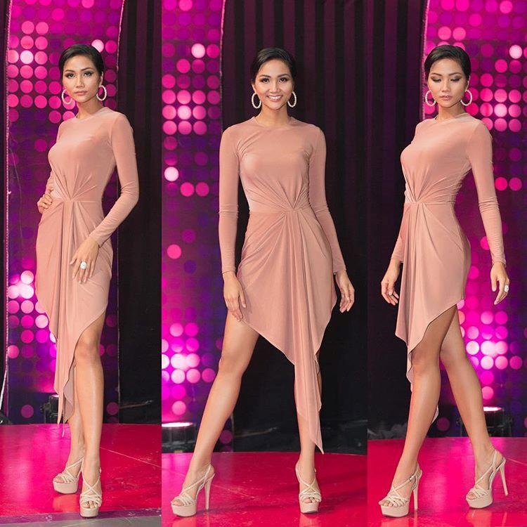 Đây cũng là một bộ cánh khác được khen ngợi của đương kim Hoa hậu Hoàn vũ Việt Nam. Trang phục vừa quyến rũ nhưng vẫn kín đáo, kiểu dáng vạt trước ấn tượng. H
