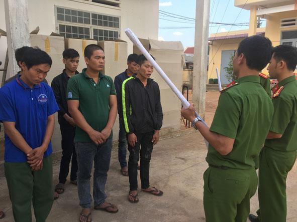 Cơ quan Công an làm việc với nhóm đối tượng dùng súng bắn người ở xã Ea Tân, huyện Krông Năng.