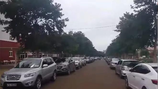 Hàng trăm ôtô đậu kín hai bên đường khi phụ huynh đi họp. Ảnh: Cắt từ clip.