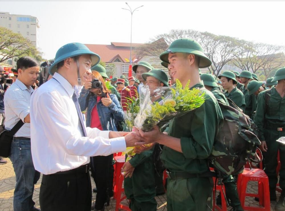 Phó Bí thư Tỉnh ủy, Chủ tịch UBND tỉnh Đắk Lắk động viên các tân binh lên đường thực hiện nghĩa vụ quân sự.