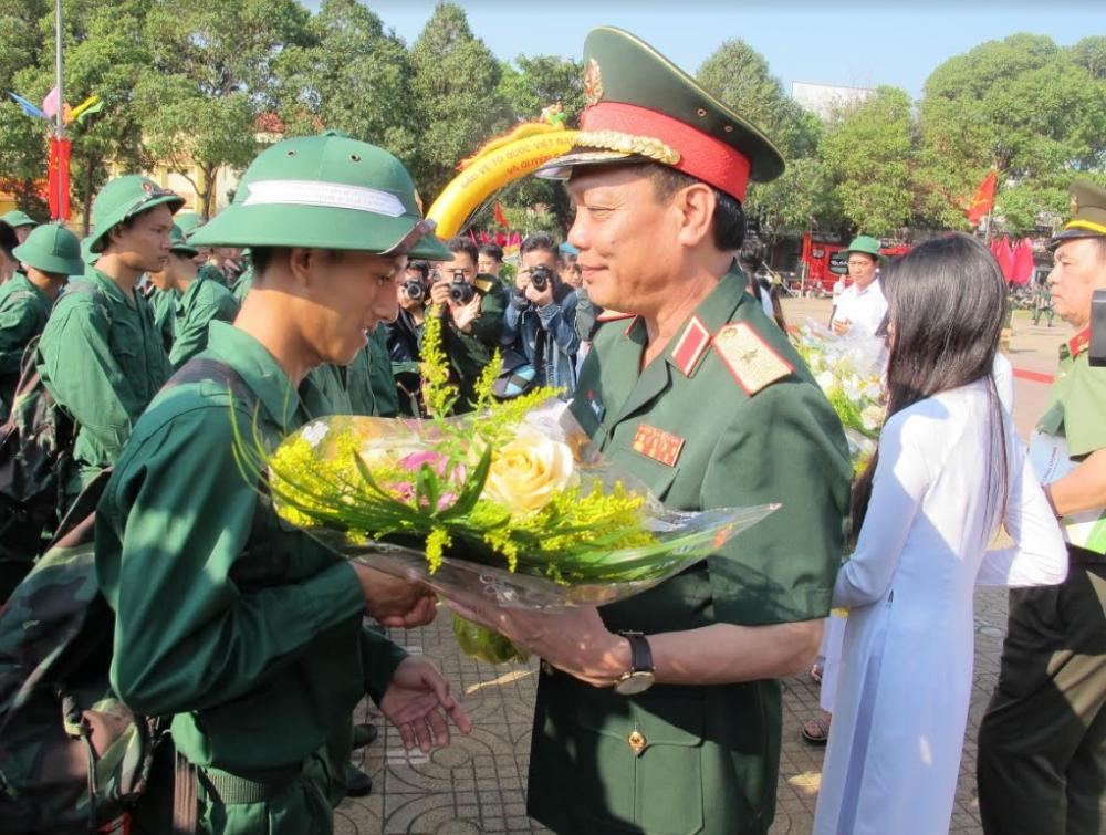 Thiếu tướng Ngô Minh Tiến tặng hoa các tân binh tỉnh Đắk Lắk.