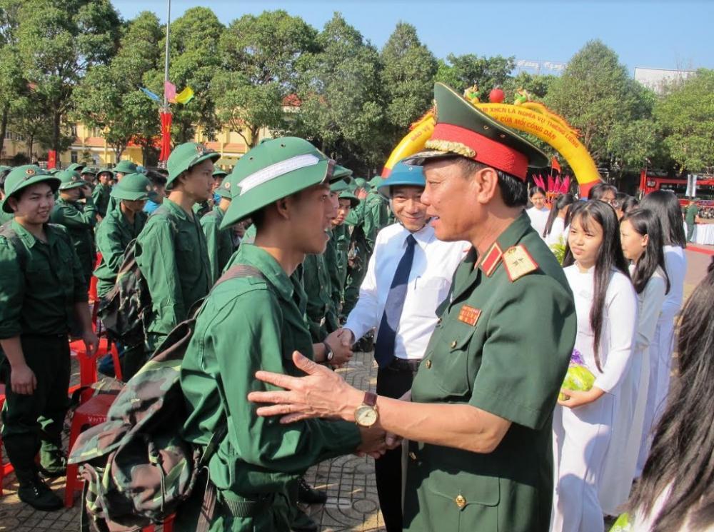 Thiếu tướng Ngô Minh Tiến - Phó Tổng tham mưu trưởng Quân đội nhân dân Việt Nam động viên thanh niên tỉnh Đắk Lắk lên đường nhập ngũ.