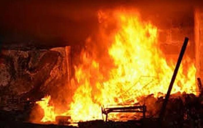 Ngọc Anh đã châm lửa đ.ốt nhà vì mượn sổ hộ khẩu không được. (Ảnh minh họa)