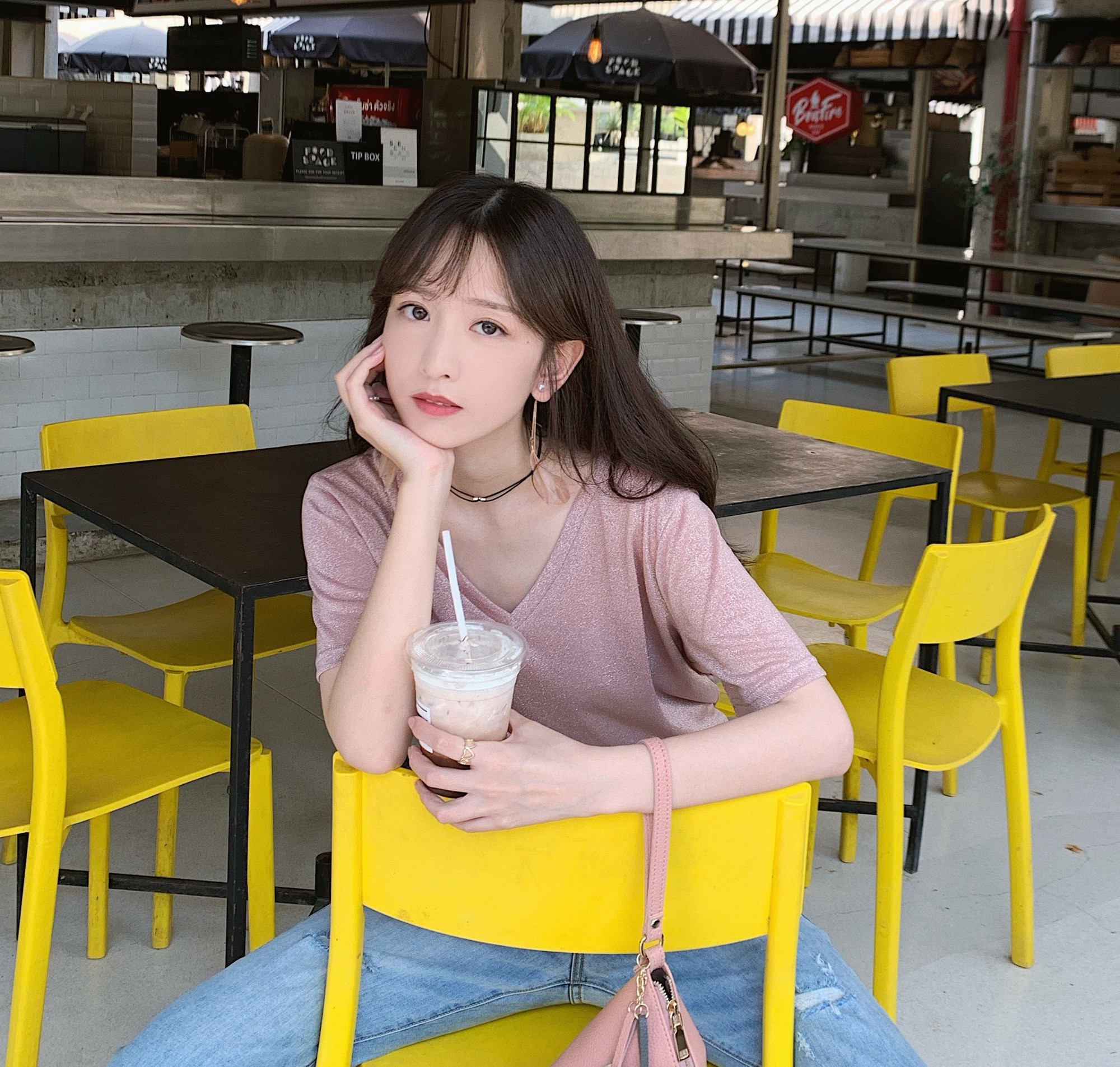 Câu chuyện cô gái cua được crush bằng cách cả một học kì ngày nào cũng đi uống trà sữa đang khiến cư dân mạng ai cũng phải xuýt xoa ngưỡng mộ