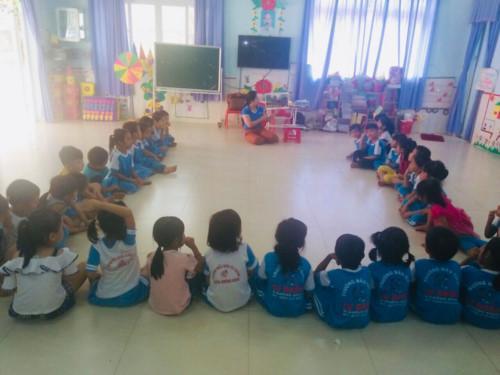 Cô giáo Nguyễn Thị Thư đang dạy học cho trẻ. Ảnh: T.G