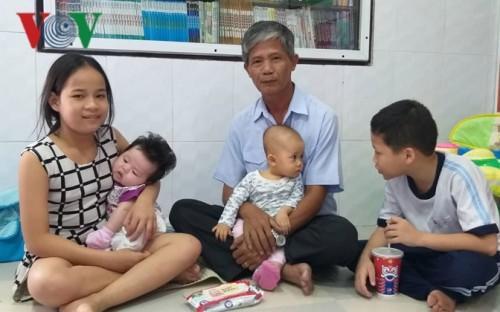 Ông Phúc hạnh phúc bên những đứa con nuôi.