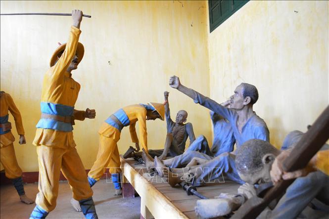 Mô tả cảnh tra tấn tù nhân tại Di tích Quốc gia đặc biệt Nhà đày Buôn Ma Thuột.
