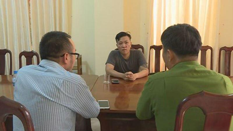 Đối tượng Nguyễn Hoàng Quân Nhi (áo xám) làm việc tại cơ quan điều tra