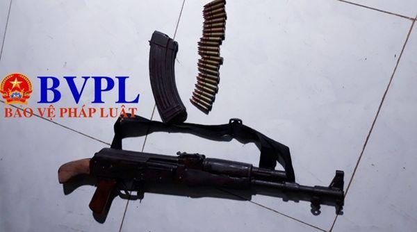 Khẩu súng AK đối tượng Tùng dùng để bắn chị H. và sau đó tự bắn mình để tự sát nhưng bất thành. Ảnh: BVPL.